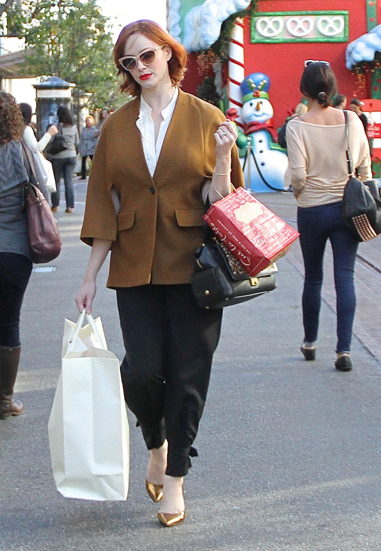 Zum Shoppen ist das Outfit von Christina Hendricks mit den spitzen Flats zwar nicht besonders geeignet, dafür ist es aber schön anzusehen.