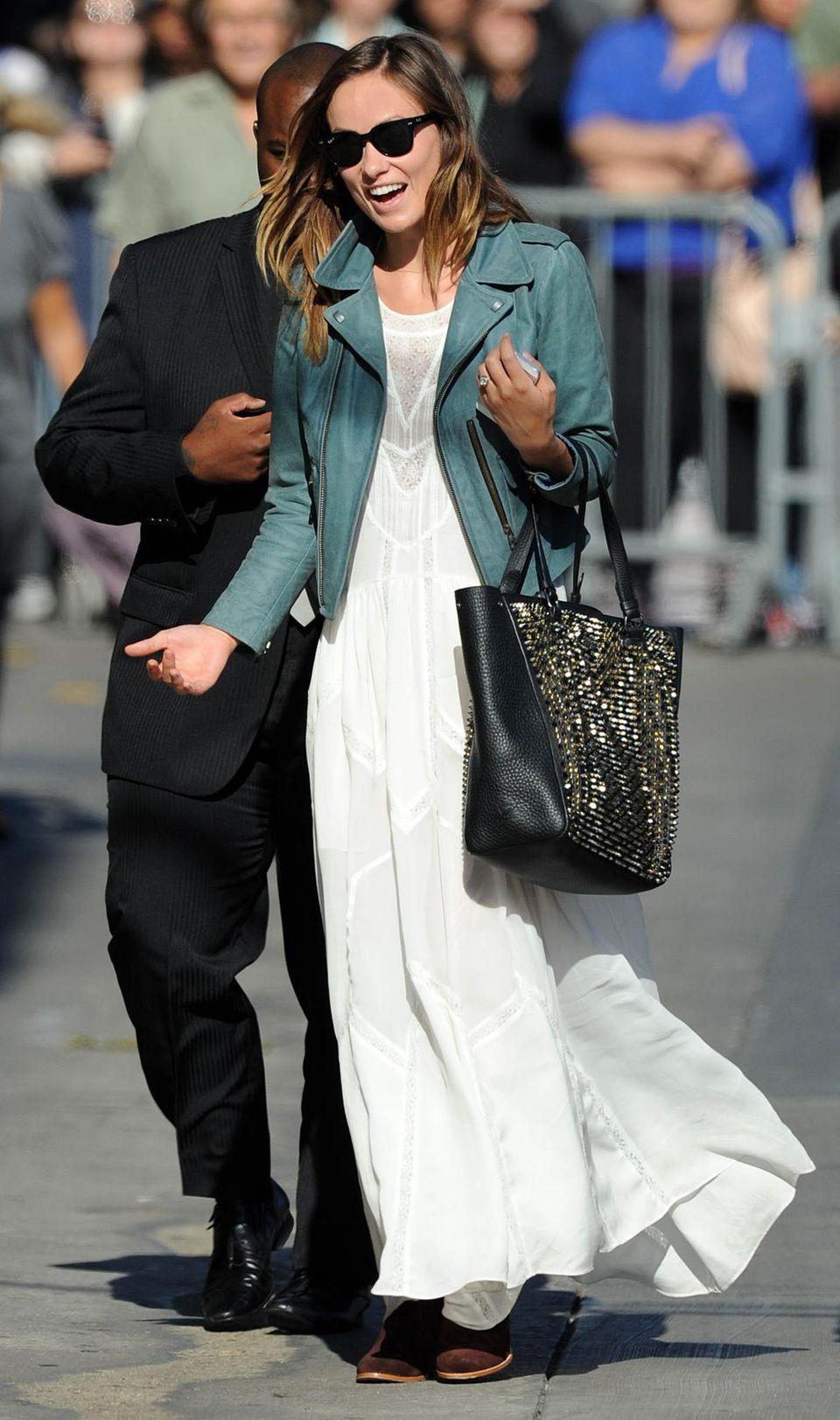 Olivia Wilde, die Verlobte von Comedian Jason Sudeikis, zeigt schonmal, wie sie als Braut aussehen könnte. Als Stilbruch zum weißen Kleid dienen die Lederjacke und eine schwarze Tasche.