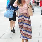 """Ein gestreiftes Sweat-Shirt kombiniert zu einem Ethno-Rock und lila Pumps? Kein Problem für Fashionista Sarah Jessica Parker! Die """"SATC""""-Darstellerin trägt das Fashion-Gen in sich und liebt es, verschiedene Stilrichtungen zu vermischen. Da ist es auch keine Überraschung, dass der """"Lady"""" Pump sowie die """"New Yorker Suede Hobo""""-Tasche aus ihrer eigenen Kollektion """"SJP by Sarah Jessica Parker"""" stammen."""