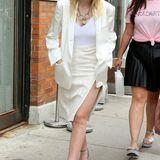 """Erst 20 Jahre alt und schon so stilsicher: Zur Rodarte Fashionshow zeigt sich Dakota Fannings sehr edel und elegant. Die Schauspielerin (""""Twilight"""") weiß, wie der Mix aus Weiß und Cremefarben gestylt wird."""