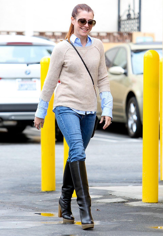 Alyson Hannigan führt einen schönen Alltagslook mit dem gewissen Etwas vor: Hemd, Kuschlepulli, Jeans und dazu Plateau-Stiefel.