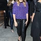 Unten schlicht, oben knallig: Chloë Grace Moretz kombiniert ihre dunkle Jeans in Leder-Optik zu einem bunt gemusterten Sweatshirt und bringt so Farbe ins Spiel.