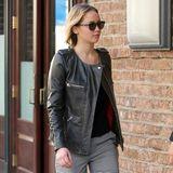 Jennifer Lawrence kombiniert für einen Kinobesuch in New York ihre rockige Lederjacke mit edler, grauer Karohose und nietenbesetzten Sandal-Pumps.