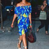Schauspielerin Padma Lakshmi gibt sich farbenfroh und mixt zum blauen, schulterfreien Sommerkleid eine rote Handtasche und beige Keilabsatz-Sandalen. Ihr gebräunter Hautton harmoniert perfekt mit dem azurblauen Kleid und lässt sie wie ein Glühwürmchen leuchten.