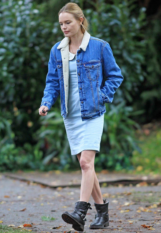 Lady trifft auf Holzfäller: Kate Bosworth kombiniert zu ihrem schicken Kleid mit Bubi-Kragen eine XL-Jeansjacke mit Lammfell-Kragen sowie derbe Boots.