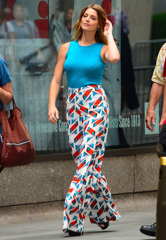 Wie ein stolzer Pfau flaniert Ashley Greene nach einem Fernsehauftritt durch New York. Ihr farbenfrohes Outfit mit gemusterter Palazzohose von Carolina Herrera ist aber auch wirklich ein Hingucker.
