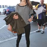 So schlicht und nahezu einfarbig das Outfit von Alessandra Ambrosio auch sein mag, das Model weiß genau, wie sie vom tristen Styling Abstand nehmen kann und wählt dazu eine cognacfarbene Handtasche von Longchamp.
