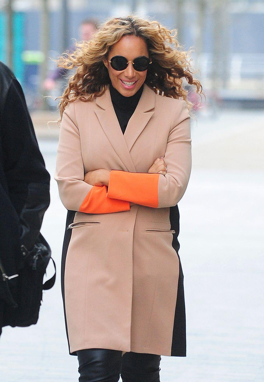 Leona Lewis' Mantel bringt dank der orangenen Ärmel Farbe in den grauen Herbstalltag.