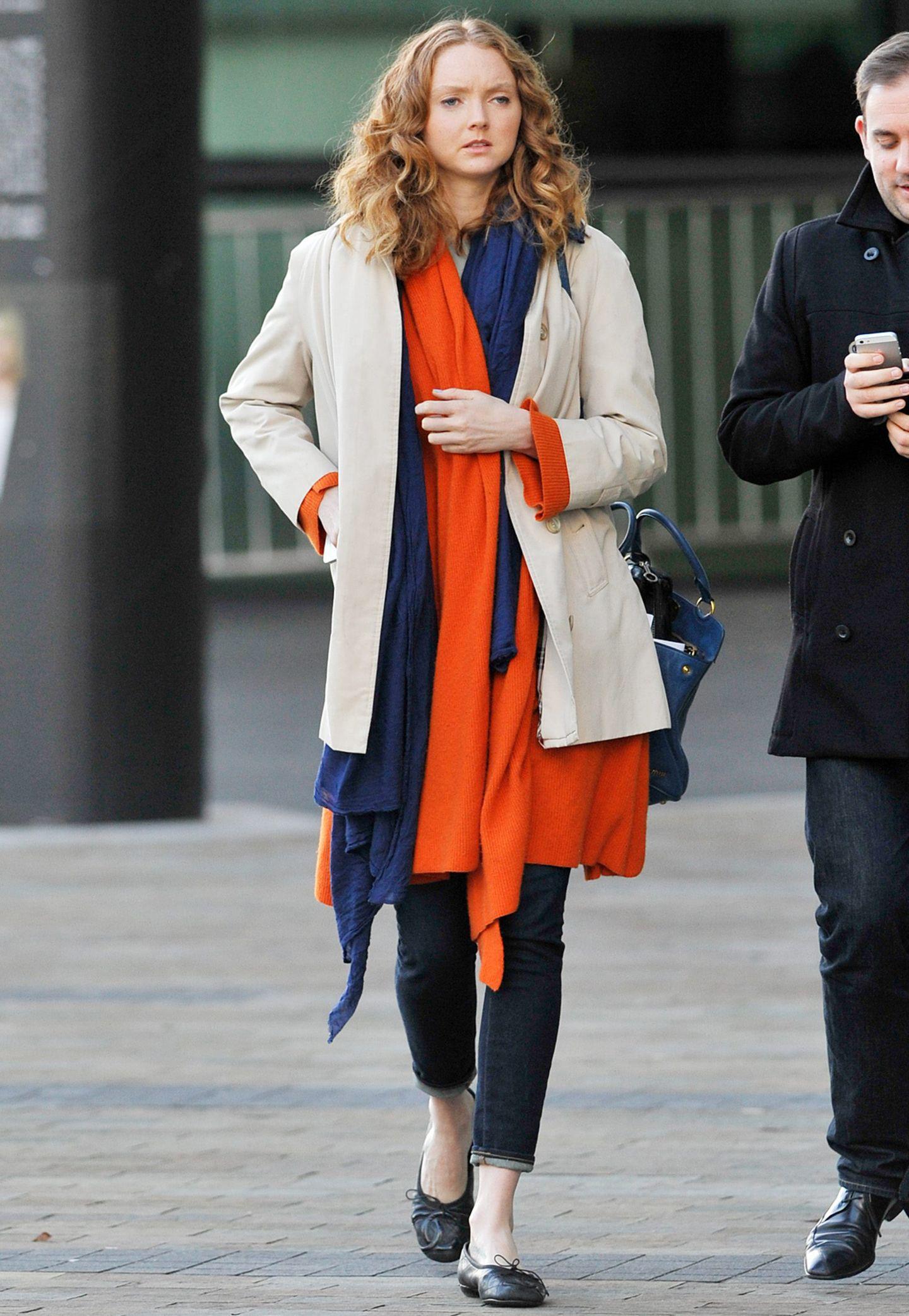 Lagen-Look-Deluxe: Model Lily Cole ist mit dem beigem Kurzmantel und den Strickjacken in Blau und Orange ein wunderschöne Farbkombi gelungen.