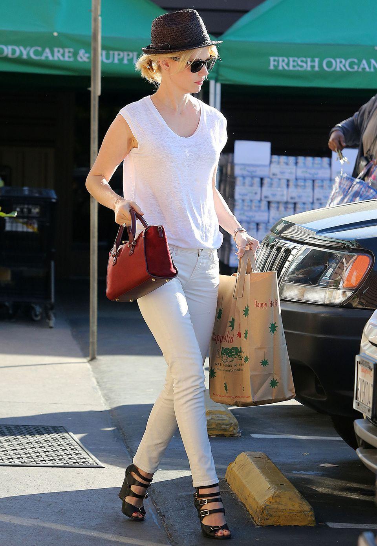 Weißes Shirt, Skinny-Jeans, High-Heels und Hut: Stylisher als January Jones kann man nicht einkaufen gehen. Hier passt einfach alles, und die rote Henkeltasche dient als edler Farbtupfer.