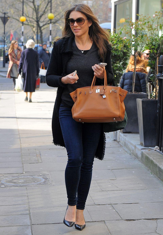Liz Hurley weiß, wie man den Casual Chic am besten trägt: Basic-Oberteil und Jeans kombiniert sie mit einer XL-Sonnenbrille und Pumps.