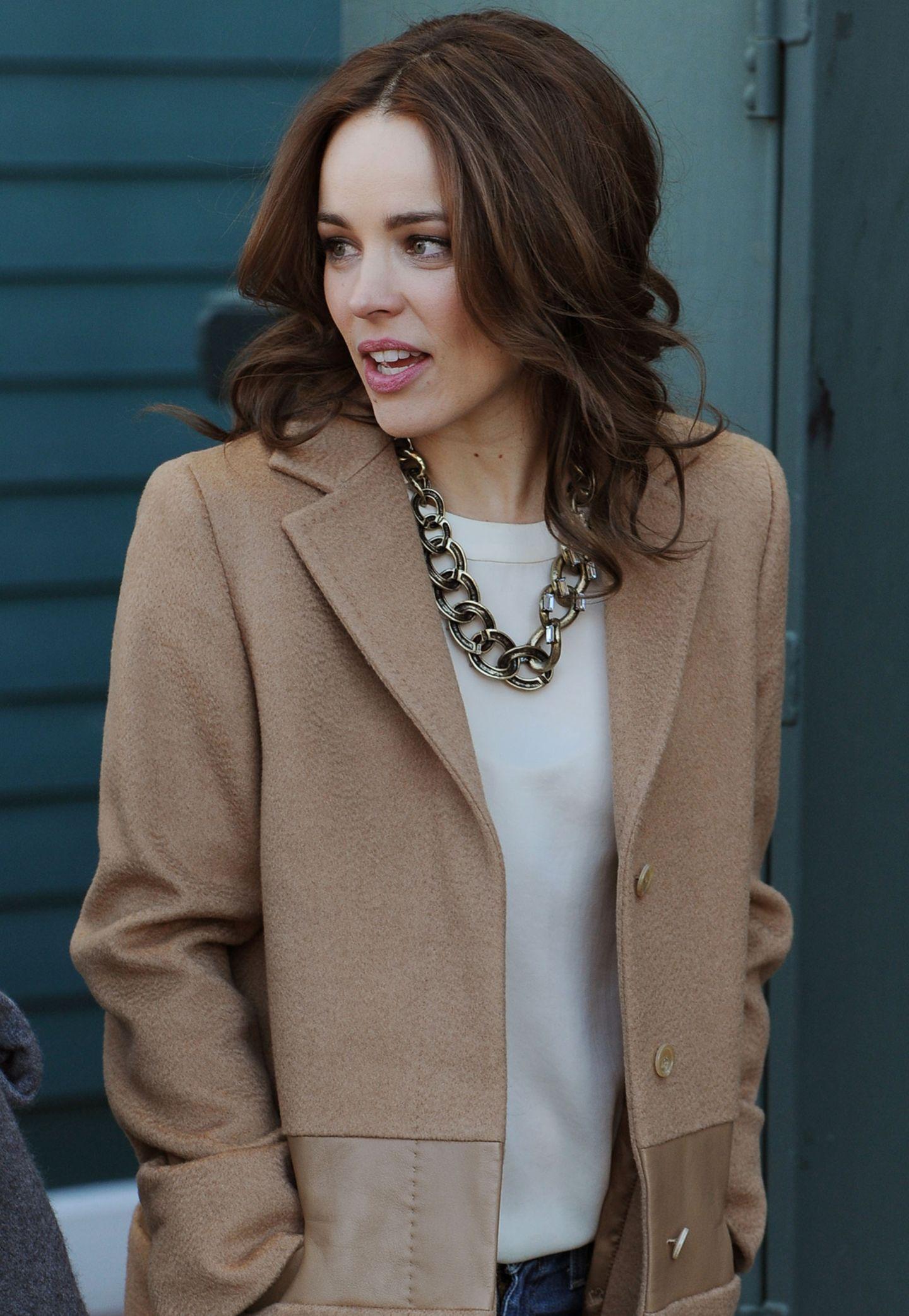Rachel McAdams hübscht ihr Alltags-Outfit mit einer Statement-Kette auf.
