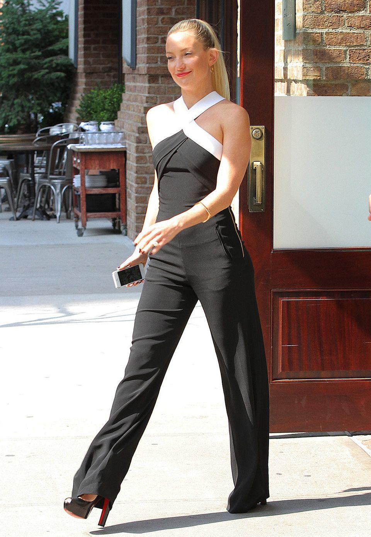 Im schicken Neckholder-Jumpsuit von Roland Mouret macht sich Kate Hudson auf den Weg zur Tonight-Show von Jimmy Fallon.