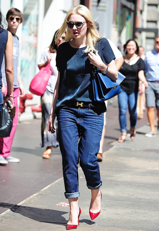 Einfach, edel: Dakota Fanning mixt Seidenshirt mit Boyfriend-Jeans und als Hingucker trägt sie rote, spitze Pumps.