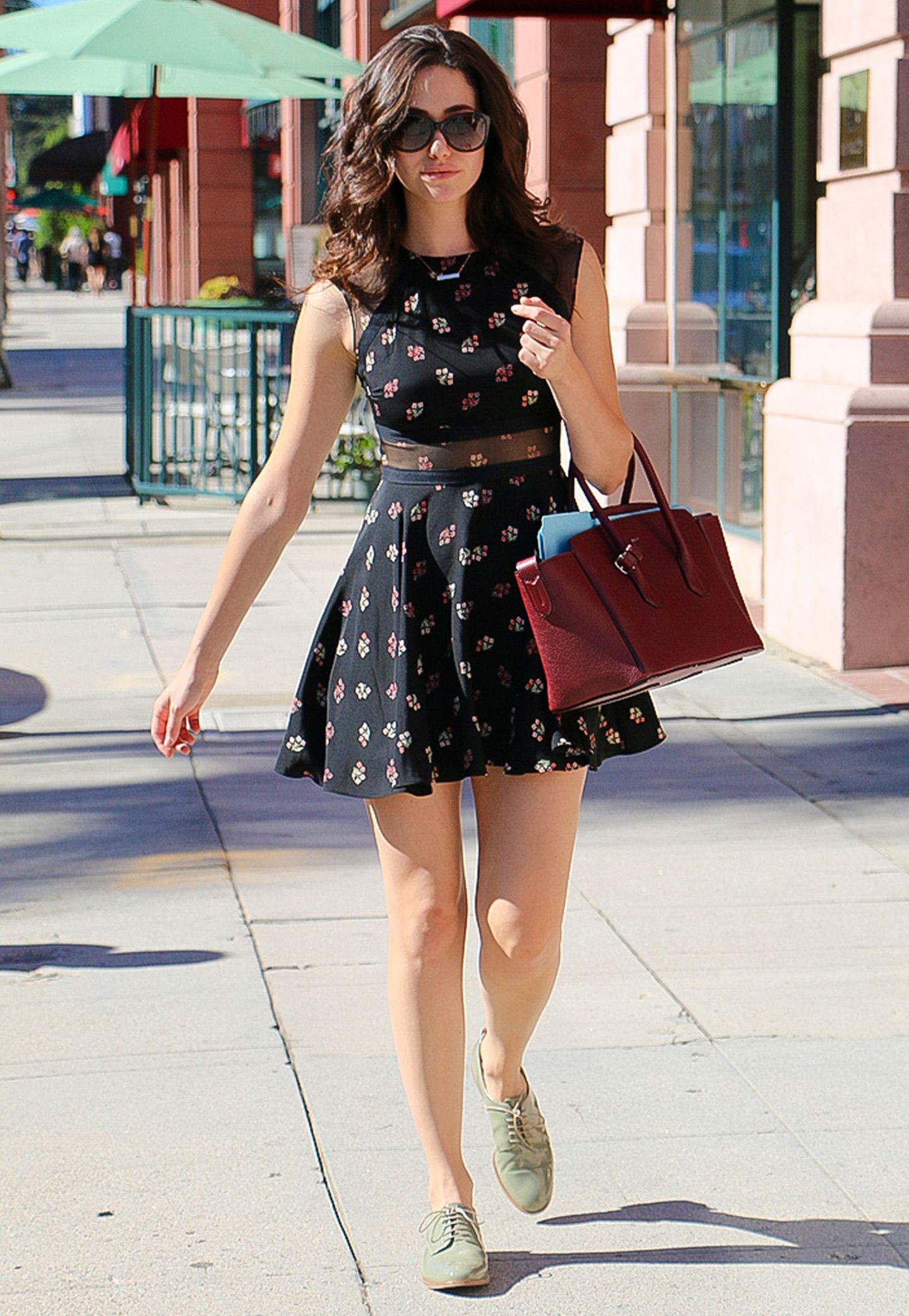 Das sommerliche Kleid von Emmy Rossum ist Eyecatcher genug, sodass die Schauspielerin dazu nur noch schlichte Accessoires wählt.