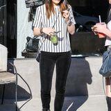 Kylie Jenner zeigt sich beim Bummel durch Hollywood mit Samthose, längsgestreiftem Shirt und runder Brille im modernen Hippie-Look.