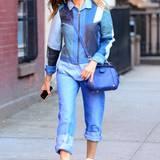 Wie man den Allover-Denim-Look richtig trägt, zeigt Sarah Jessica Parker: Die Jeanstöne ihres lässigen Outfits sind farblich aufeinander abgestimmt und sogar ihre Handtasche hat ein schönes Blau.