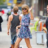 Auch auf dem Weg zum Sport ist Taylor Swift von Kopf bis Fuß durchgestylt. Mit einem süßen Blumen-Zweiteiler und Mettalic-Heels ist sie auf den Sprung ins Fitnessstudio.