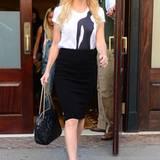 Von der Taille abwärts zeigt sich Kate Hudson klassisch schick im Pencil-Skirt und Pumps von Christian Louboutin. Der Look wird dadrüber jedoch mit einfachem T-Shirt und Flieger-Sonnenbrille von Ray-Ban aufgelockert.