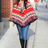 Zum echten Hingucker wird Padma Lakshmis Outfit durch ihren farbenfrohen Poncho, der auch ohne weitere Accessoires alle Blicke auf sich zieht.