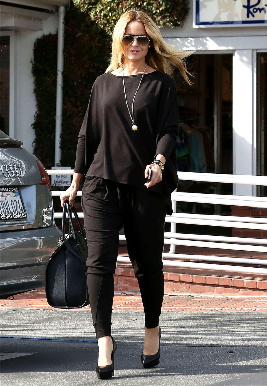 Auf Heels und mit großer It-Bag präsentiert Mena Suvari ihr komplett schwarzes Outfit.