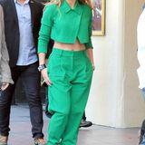 Dieser Zweiteiler des Labels ICB zieht alle Blicke auf die Pop-Diva Jennifer Lopez. Zusammen mit der knalligen Farbe wird der außergewöhnliche Schnitt zum absoluten Eyecatcher. Um die Beine in der extrem weiten Hose dennoch optisch zu verlängern, trägt J.Lo dazu Heels von Christian Louboutin.