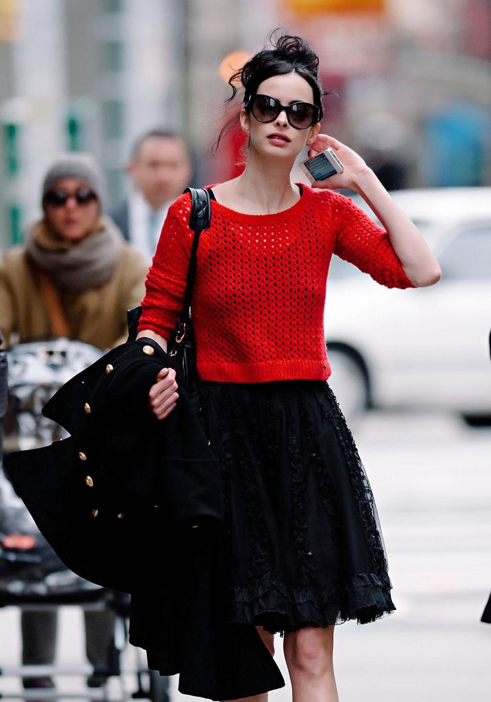 Der schmalen Krysten Ritter stehen schwingende Röcke besonders gut. Mit dem roten Pullover dazu kann er problemlos auch tagsüber ausgeführt werden.
