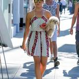 """Ashley Tisdale weiß, dass ein schönes Outfit kein Vermögen kosten muss. Beim Spaziergang durch New York mit ihrem Hund trägt Ashley ein sommerliches Kleid von """"Free People"""" für umgerechnet 73 Euro."""