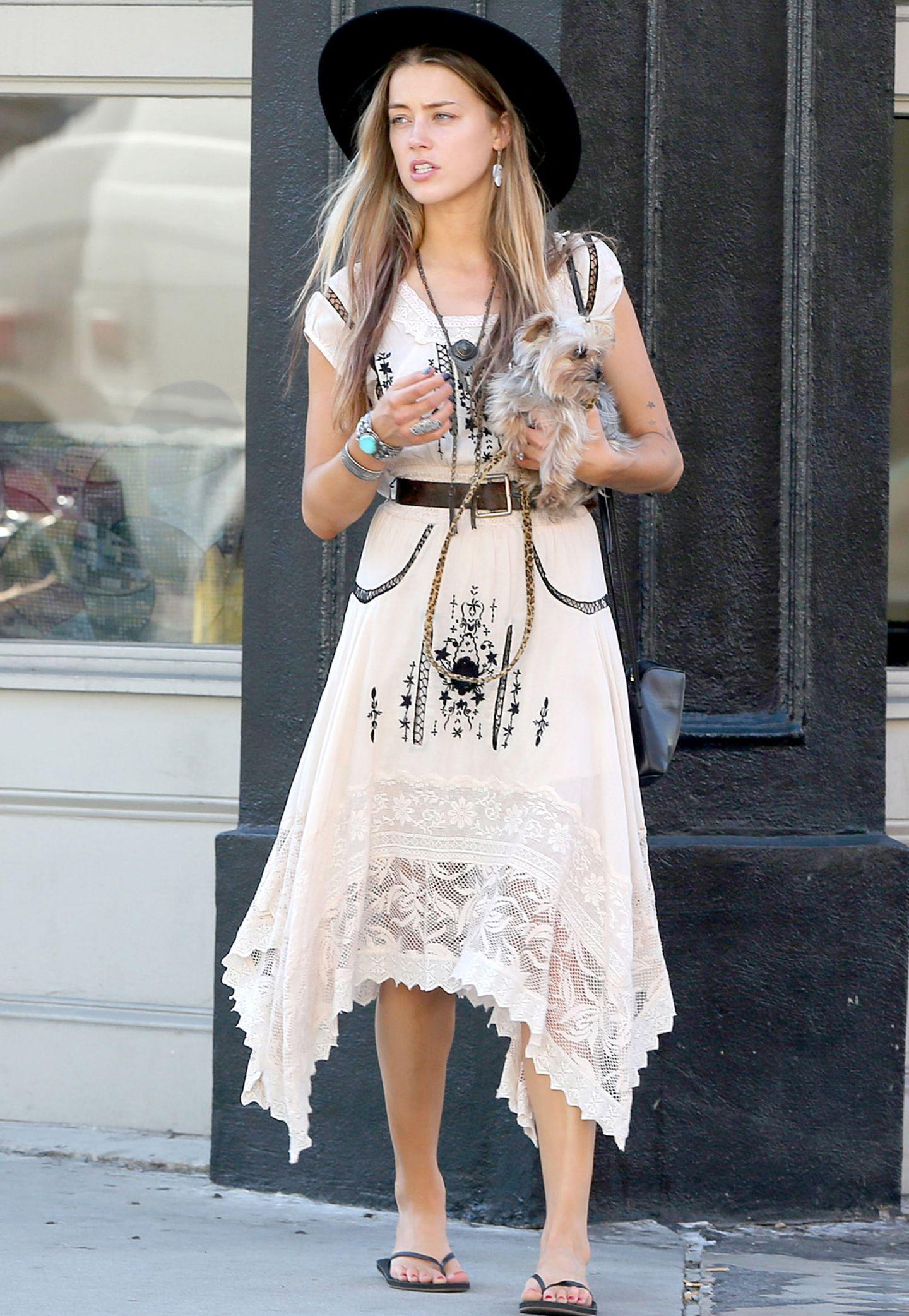 Privat lässt es Amber Heard eher locker angehen und wählt zum Spaziergang mit ihrem Hund ein lässiges Boho-Kleid. Mit Flip-Flops, hängendem Schmuck und einem großen Hut komplementiert die Verlobte von Johnny Depp den Look.