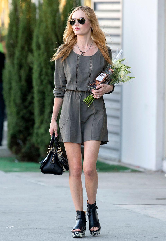 Für ein Dinner mit Freunden trägt Kate Bosworth neben Gastgeschenken unter ihrem Arm auch ein elegantes Outfit. Zum luftigen, taillierten Kleid wählt die Schauspielerin edle Accessoires wie Plateau-Leder-Boots und eine Fransen-Handtasche