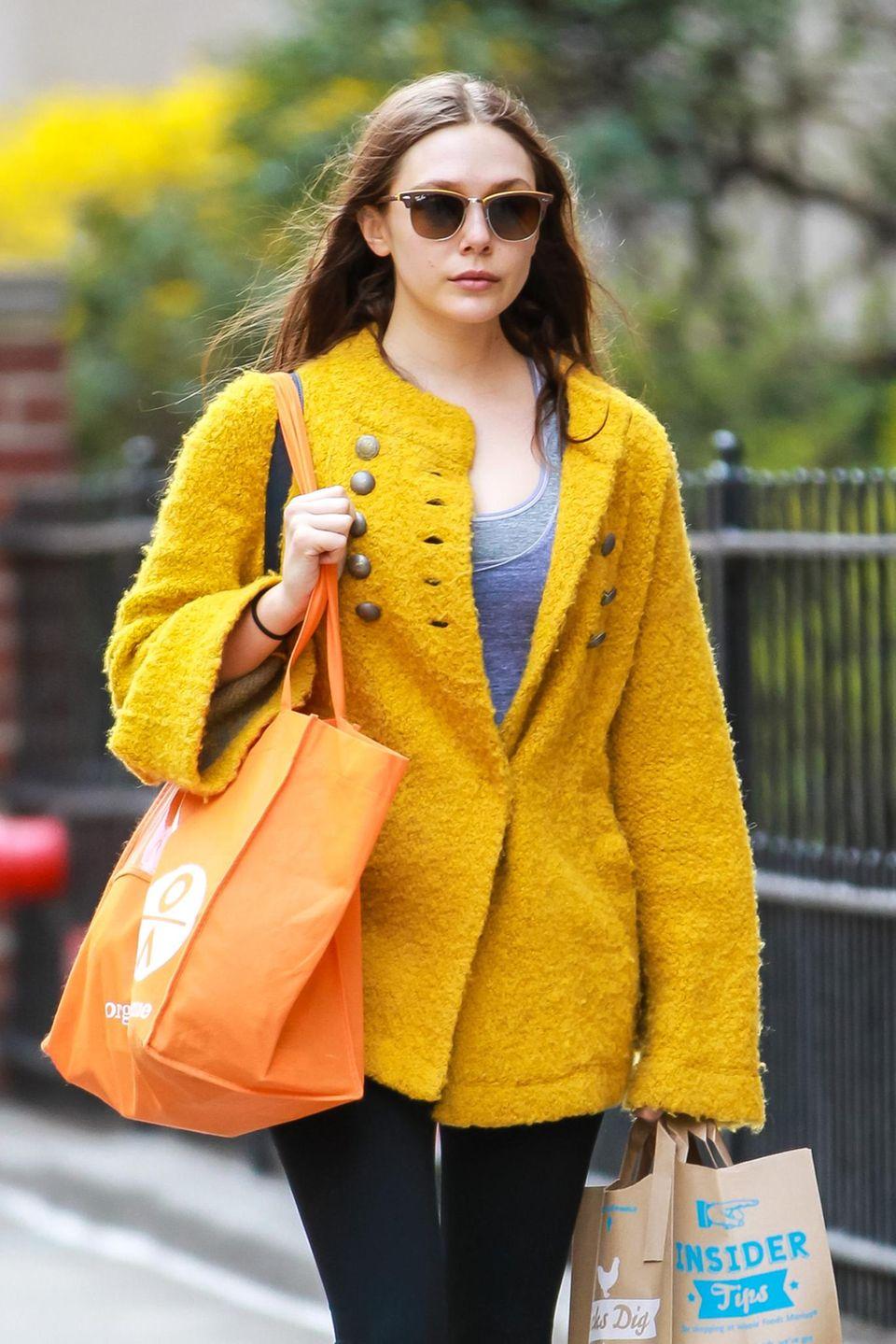Der Wollmantel von Elizabeth Olsen ist trotz seiner knalligen Farbe vielsietig einsetzbar und begleitet sie in mal zum Shoppen mit Freunden, mal zu Partys am Abend.