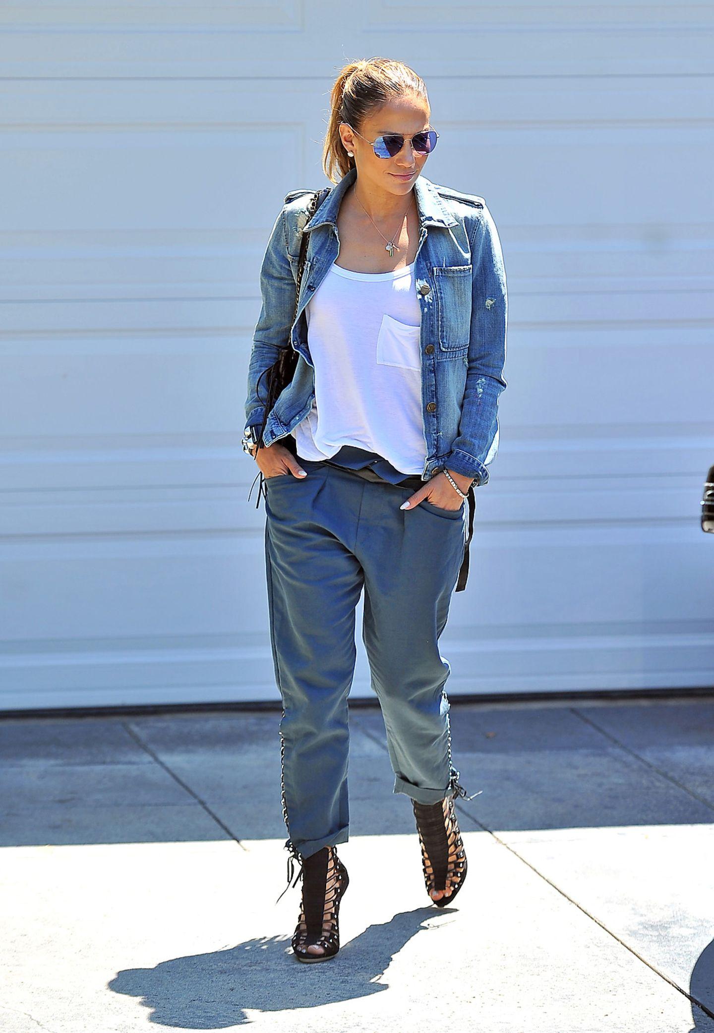 Ihr Casual-Outfit peppt Sängerin JLo mit heißen Stilettos auf, die dem Look einen femininen Touch verleihen.