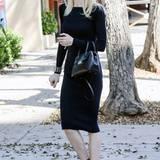 Mit ihrer pastellfarbenen Sonnenbrille und Riemchen-Sandaletten macht Jaime King aus ihrem schwarzen Etuikleid ein elegantes Frühlings-Outfit.