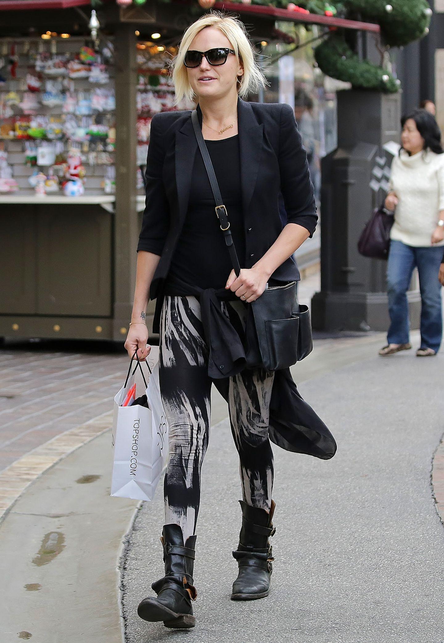 Biker-Boots und gemusterte Leggins sind mit edlem Blazer kombiniert eine tolles Shopping-Outfit. Malin Akerman macht's vor.