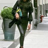 Naomi Campbell verzichtet bei diesem Outfit zwar fast vollständig auf Farben, beim Schnitt ihres Pullovers setzt sie dafür umso mehr auf Extravaganz. Im Kontrast zu der hautengen Lederhose stechen die Ballonärmel des Oberteils besonders hervor.