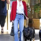 It-Girl und Designerin Nicole Richie setzt auf einen eleganten Siebziger-Jahre-Look. Zur hellen, ausgestellten Jeans trägt sie eine schlichte weiße Bluse und einen kirschroten Blazer mit schwarzer Paspelierung. Nicht fehlen darf natürlich die Designerhandtasche, in diesem Fall von Balenciaga.