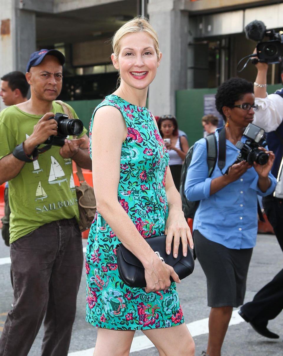 Das Kleid von Kelly Ruhterford wirkt durch die aufwändige Blumenverzierung auch ohne Schmuck sehr edel - Kelly Rutherford rundet den Look ab, indem sie perfekt passenden Lippenstift dazu trägt.