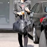 Rooney Mara präsentiert sich in einem coolen Rocker-Schick aus derber Jacke und lässigen Boots. Den Glamour-Faktor bringt sie durch eine It-Bag von Givenchy in ihr Outfit.