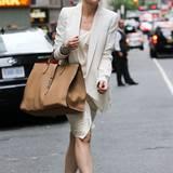 Was ein Fashion-Statement! Im cremefarbenden Seidenkleid und einem farblich abgestimmten, langen Blazer beweist Cate Blanchett Klasse und mixt zu ihren nudefarbenden, spitzen Ballerinas eine Oversize-Bag in braunem Leder.