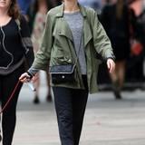 """Auch ganz einfache Basics lassen sich im Handumdrehen in einen coolen Look verwandeln. Das weiß auch die britische Schauspielerin Naomi Watts (""""King Kong""""), die zum Spaziergang mit ihrem Hund ein einfaches, meliertes Shirt, eine marineblaue Stoffhose und einen Parker wählt. Dazu trägt die 46-Jährige ein Paar Nikes und eine edle Handtasche von Stella Mc Cartney."""