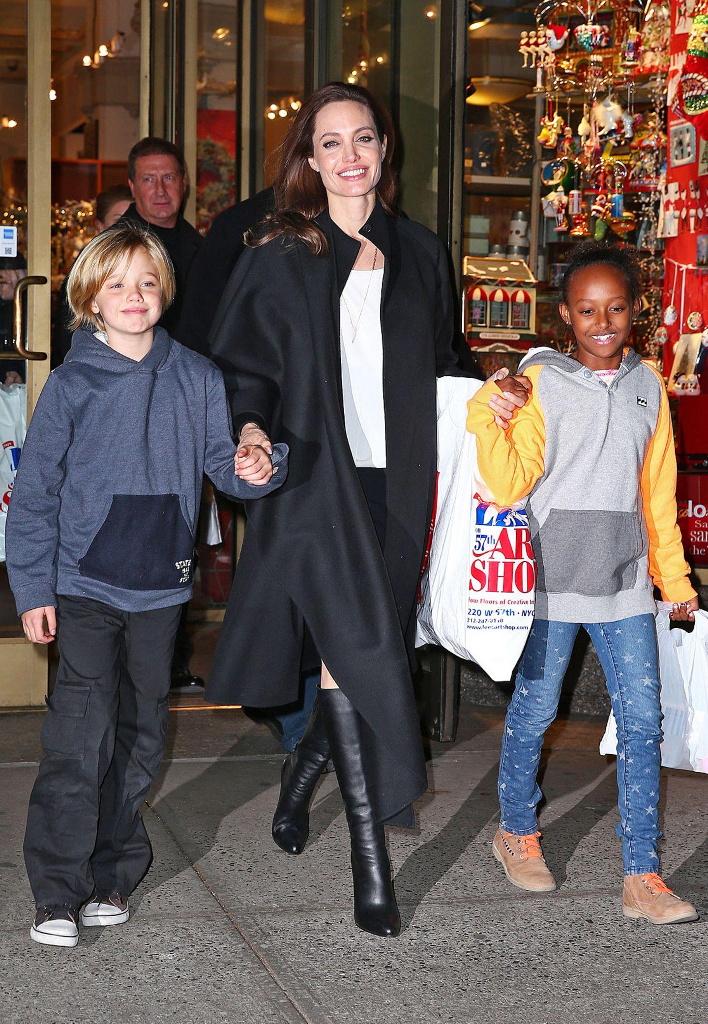 In der Familie Jolie-Pitt hat jeder sein eigenen Style: Angelina Jolie liebt edle Outfits in Schwarz-Weiß, Shiloh (l.) trägt am liebsten Jungsklamotten und Zahara mag's modemäßig bunt.
