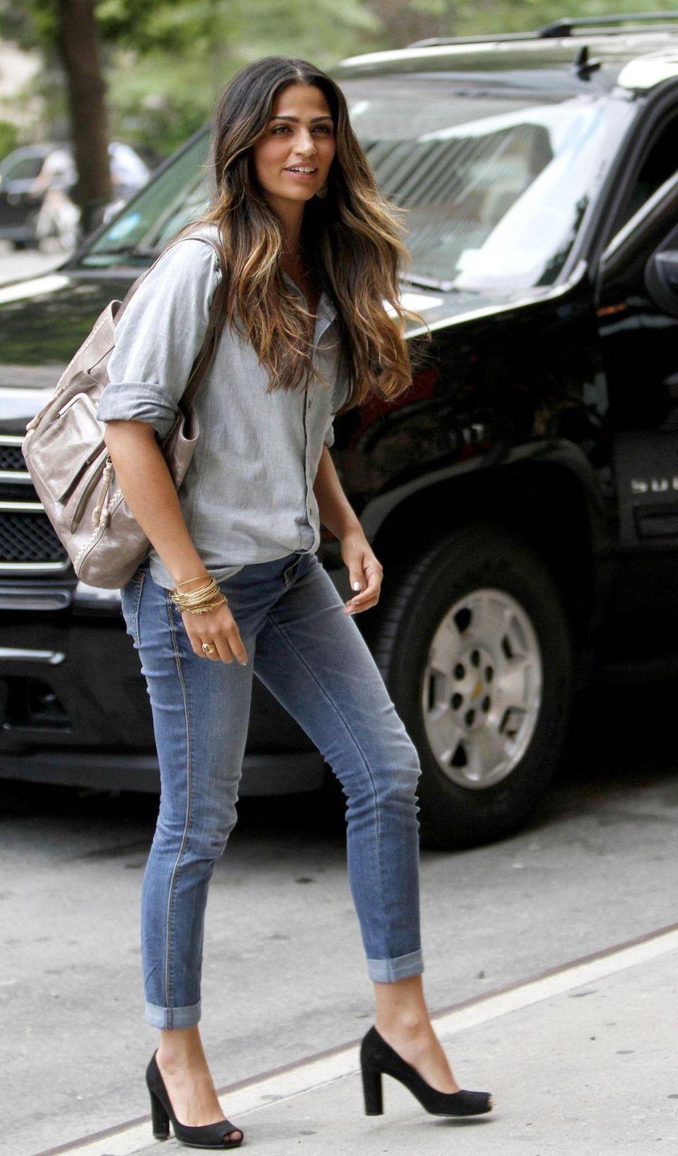 Camila Alves wertet die schlichte Blue Jeans mit schwarzen Peep Toes auf.