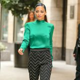 Gleich zwei Eyecatcher bilden das schicke Outfit von Nicole Richie. Dazu hat sie It-Pieces aus zwei unterschiedlichen Runway-Looks von Blumarines Herbst-Kollektion 2014 gewählt und so die smaragdgrüne Seidenbluse mit der gemusterten Hose kombiniert.