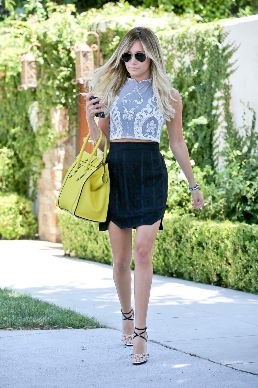 Wie viele ihrer Kolleginnen in Hollywood setzt auch Ashley Tisdale auf Spitze. Ihr Top ist von For Love & Lemon, dazu kombiniert sie eine Tasche von Céline und die klassische Fliegerbrille von Ray Ban.