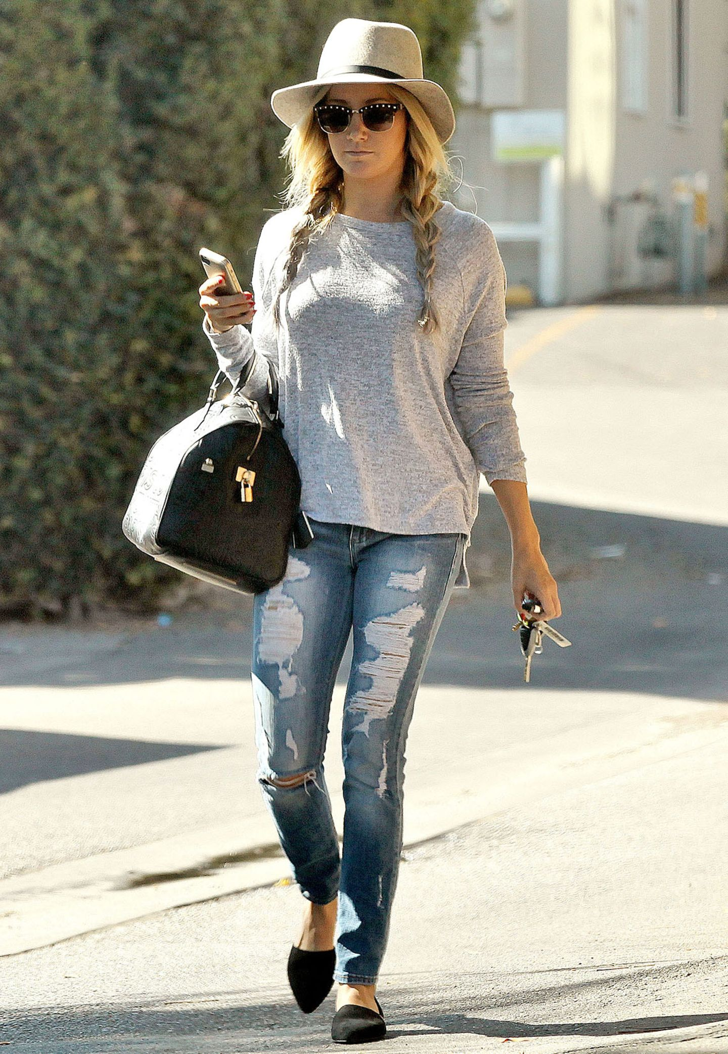 """""""High School Musical""""-Darstellerin Ashley Tisdale bringt durch elegante Accessoires wie spitze Ballerinas und eine Designer-Handtasche ihr legeres Outfit zum Glänzen."""