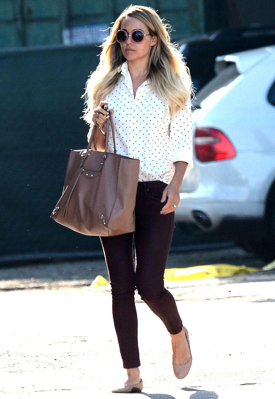 Lauren Conrad trägt zu ihrer Bluse mit Pünktchen-Muster ihre Sonnenbrille, Tasche von Balenciaga und Ballerinas von Chloé farblich aufeinander abgestimmt.