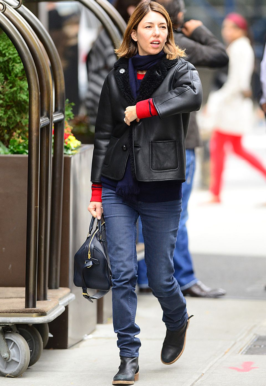 Ein echter Klassiker ist die schwarze Lederjacke, die Sofia Coppola mit Jeans und Boots kombiniert