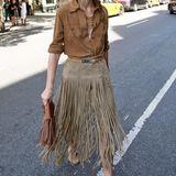 Mehr ist manchmal mehr: Olivia Palermo ist bekannt für ihre aussergewöhnlichen Styles und hat auch zur Fashionshow von Rachel Zoes in New York wieder Stilgespür bewiesen. Mit Fransenrock und Wildlederhemd hat sich Olivia diesmal für einen Indianer-Look entschieden.