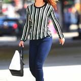 Ganz lässig zieht Rachel McAdams im längsgestreiften Shirt, Slim-Jeans und Flip-Flops durch SoHo.