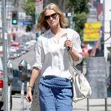 Ihre gemusterte Pyjamahose kombiniert Model Toni Garrn zur weit geschnittenen weißen Bluse und bequemen Zehentrennern.
